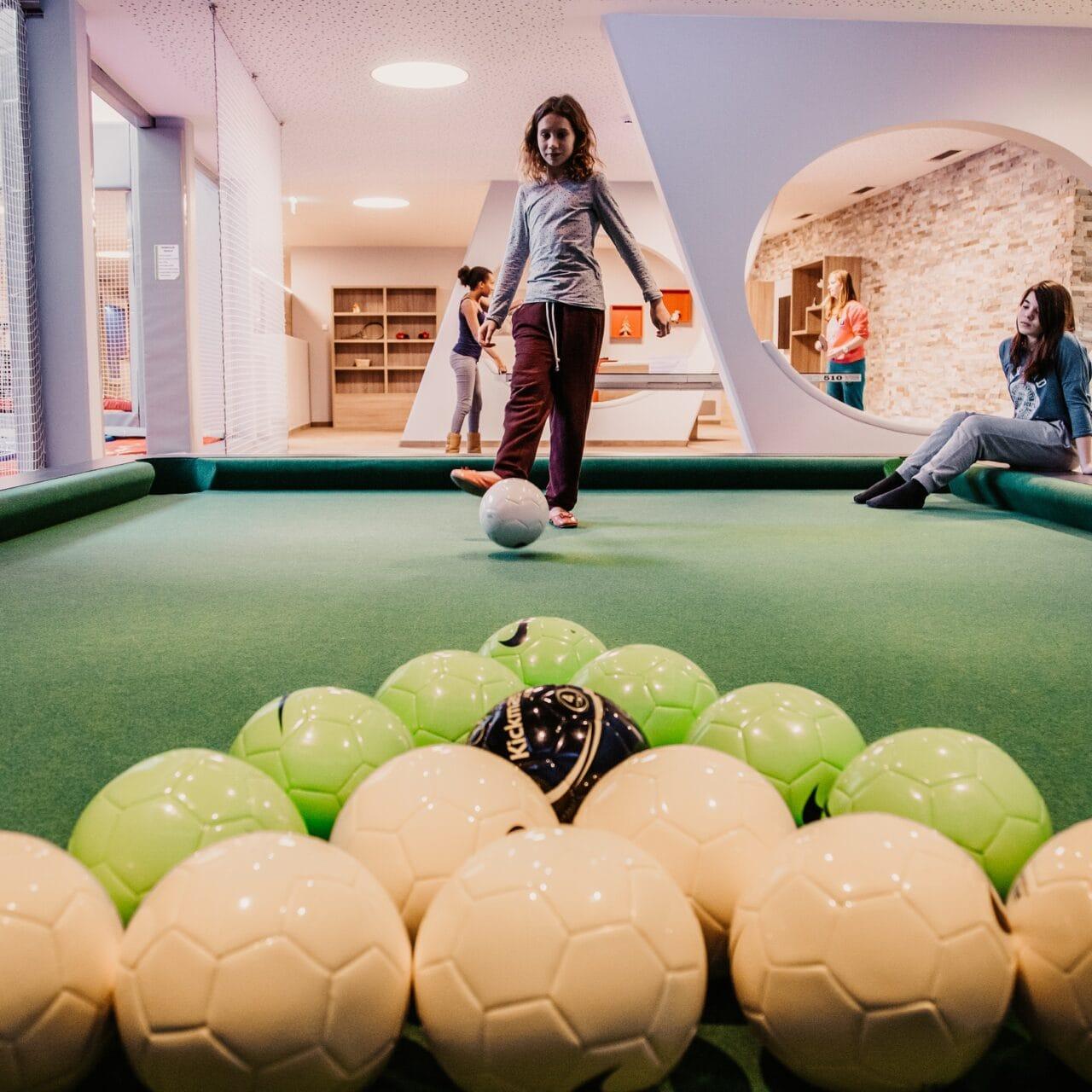 HOFGUT-apartment-lifestyle-resort-familienurlaub-poolball.