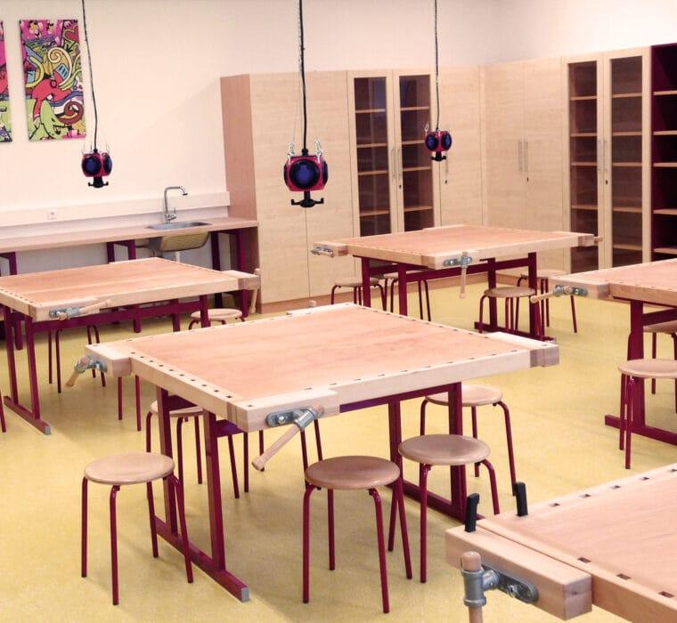 Erleben-im-Hofgut-fuer-Kinder-Kreativwerkstatt-Werkbank