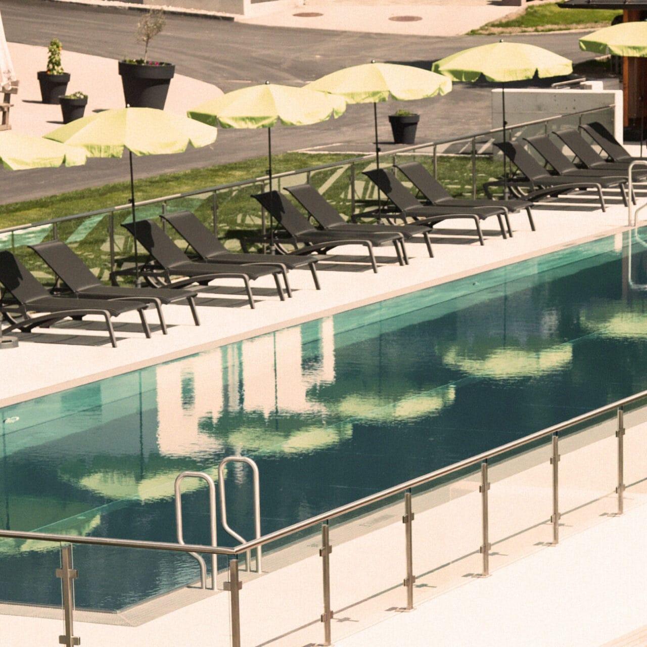 Hofgut-Apartment-lifestyle-resort-in-und-outdoorpool-sportbecken-totale