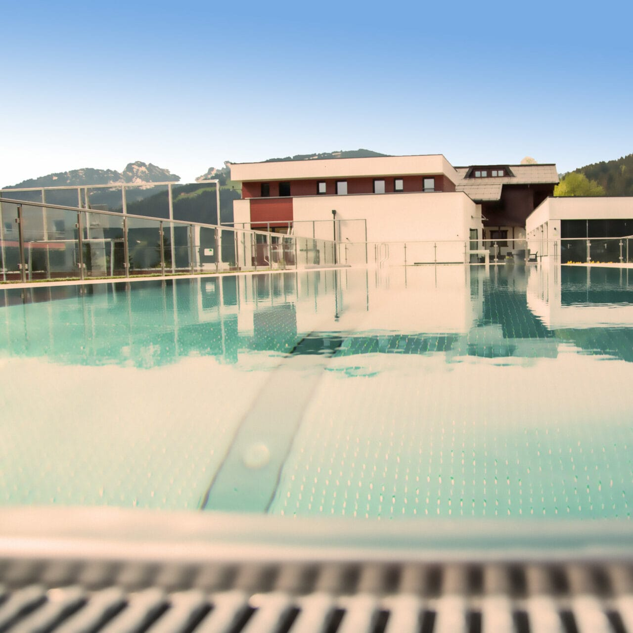 Hofgut-Apartment-lifestyle-resort-in-und-outdoorpools-sportbecken-totale2