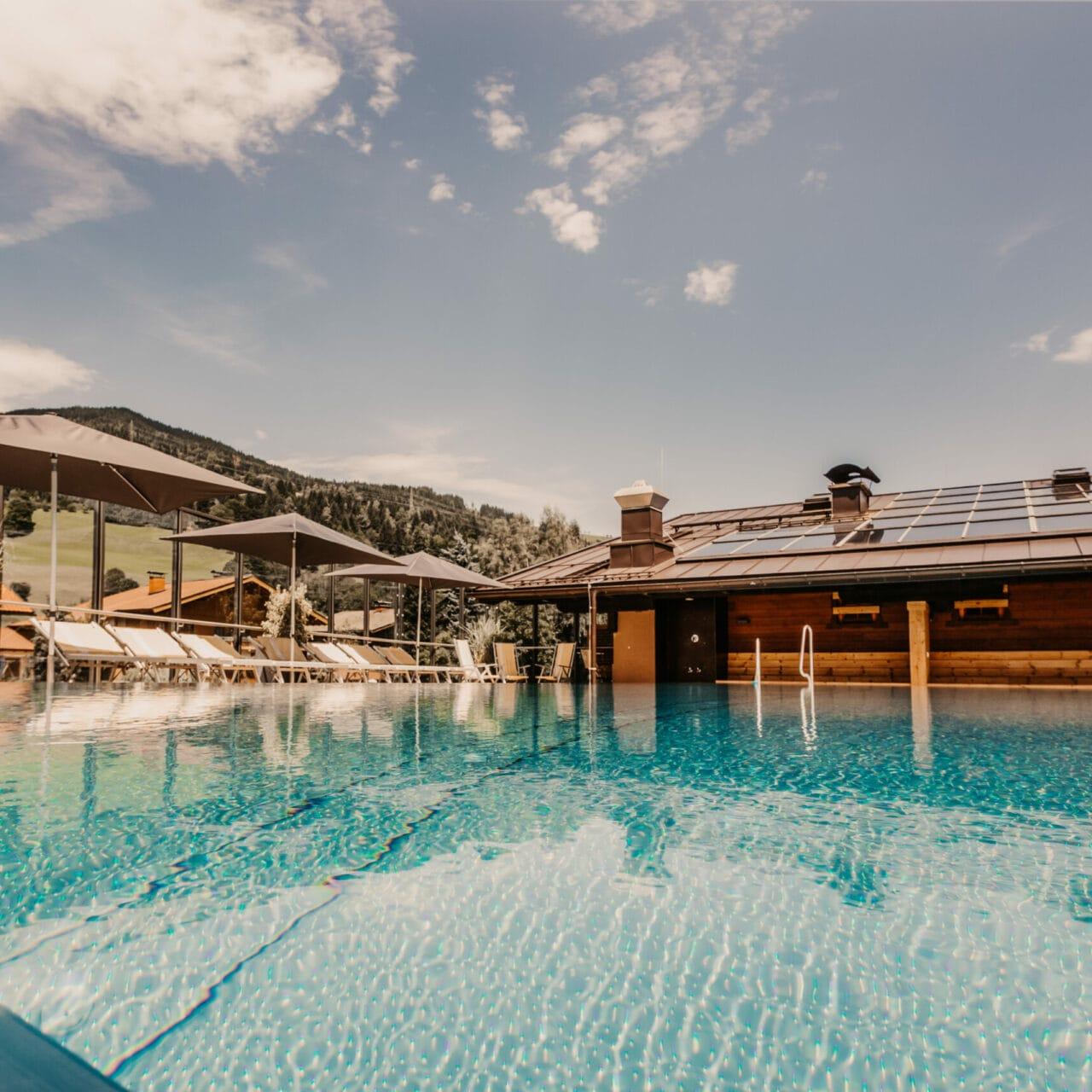 Hofgut-apartment-&-lifestyle-resort-wagrain-familienurlaub-dachterrasse-infinitypool