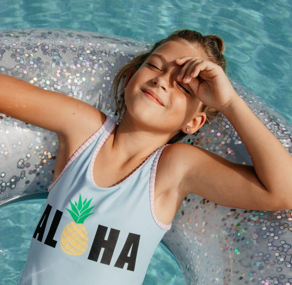 hofgut-apartment-lifestyle-resort-in-und-outdoorpools-maedchen-schwimmreifen