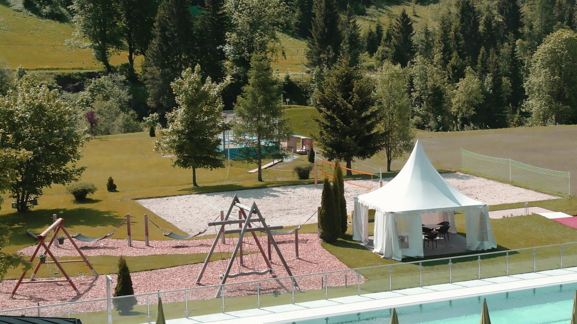 hofgut-apartment-lifestyle-resort-ueberblick-sportpool-anlage-spielplatz