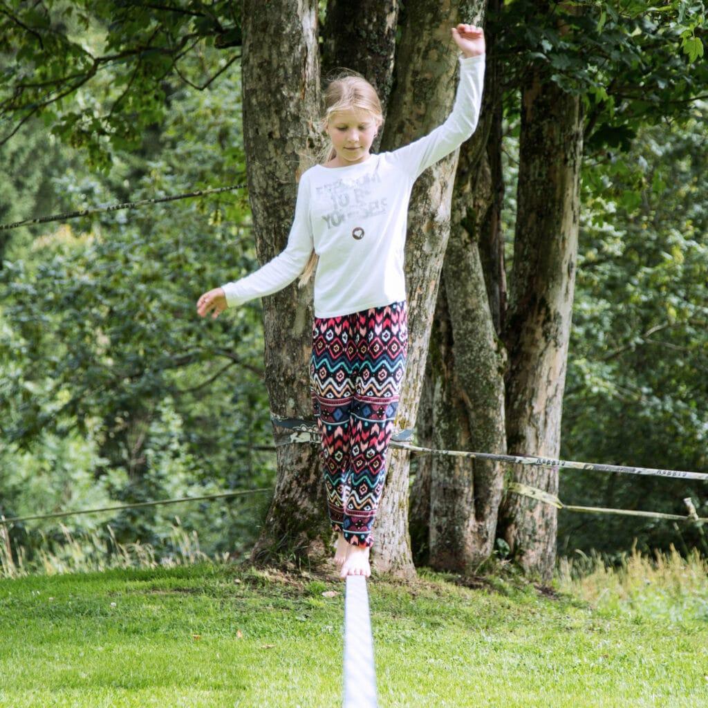 Erleben-im-Hofgut-fuer-Kinder-Outdoor-Kids-Slacklinepark-quer