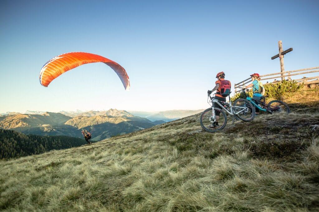 Erleben-im-Hofgut-fuer-Sportler-Radtour-Stoneman-Taurista2-Paragleiten