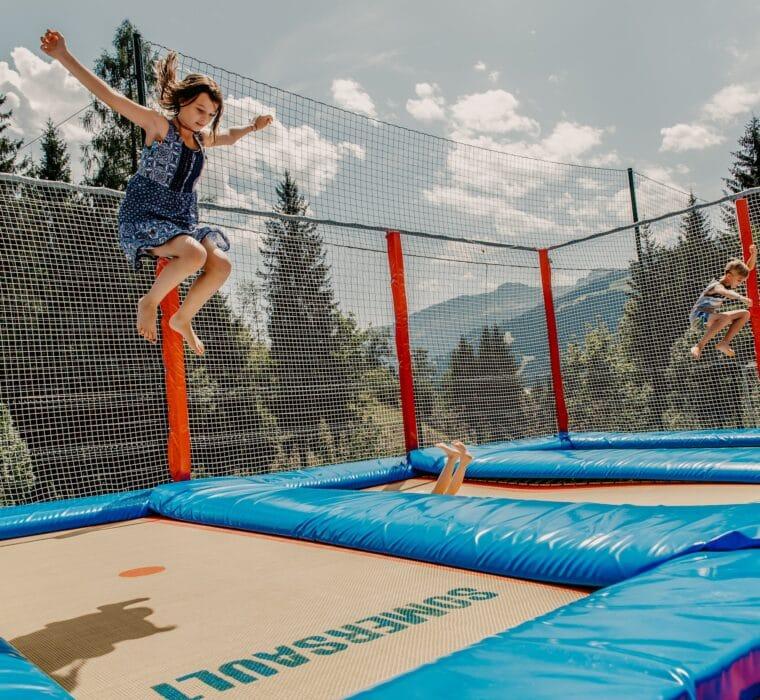 Hofgut-Apartment-lifestyle-resort-erleben-fuer-Kinder-Outdoor-Trampolinanlage