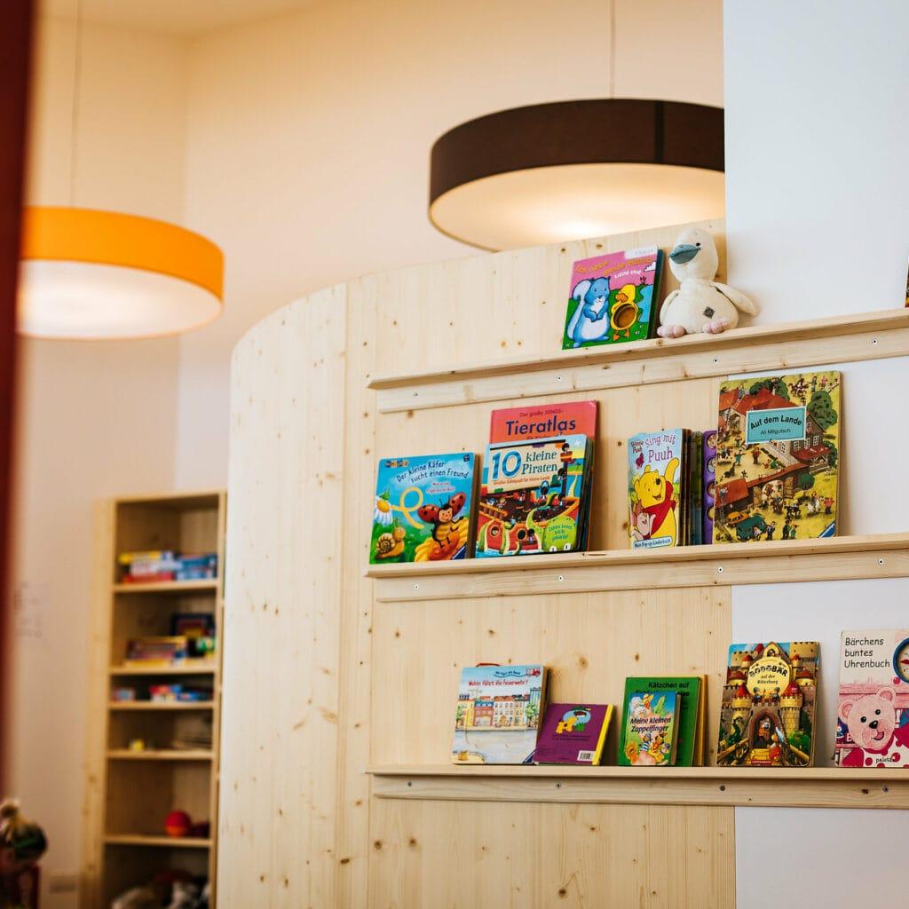 Hofgut-Wagrain-Apartment-Lifestyle-Resort-Erleben-fuer-Kinder-Kinderbetreuung-Leseecke