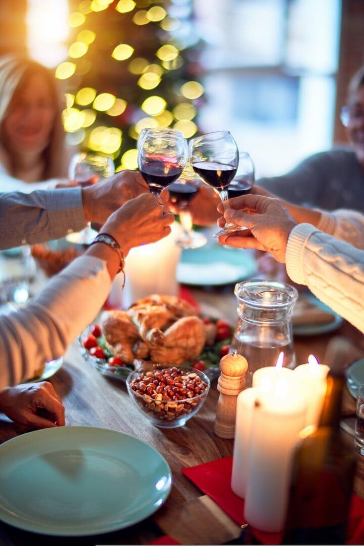 Hofgut-Wagrain-Apartment-Lifestyle-Resort-Freiheit-spueren-mit-Freunden-Abendessen-Wein