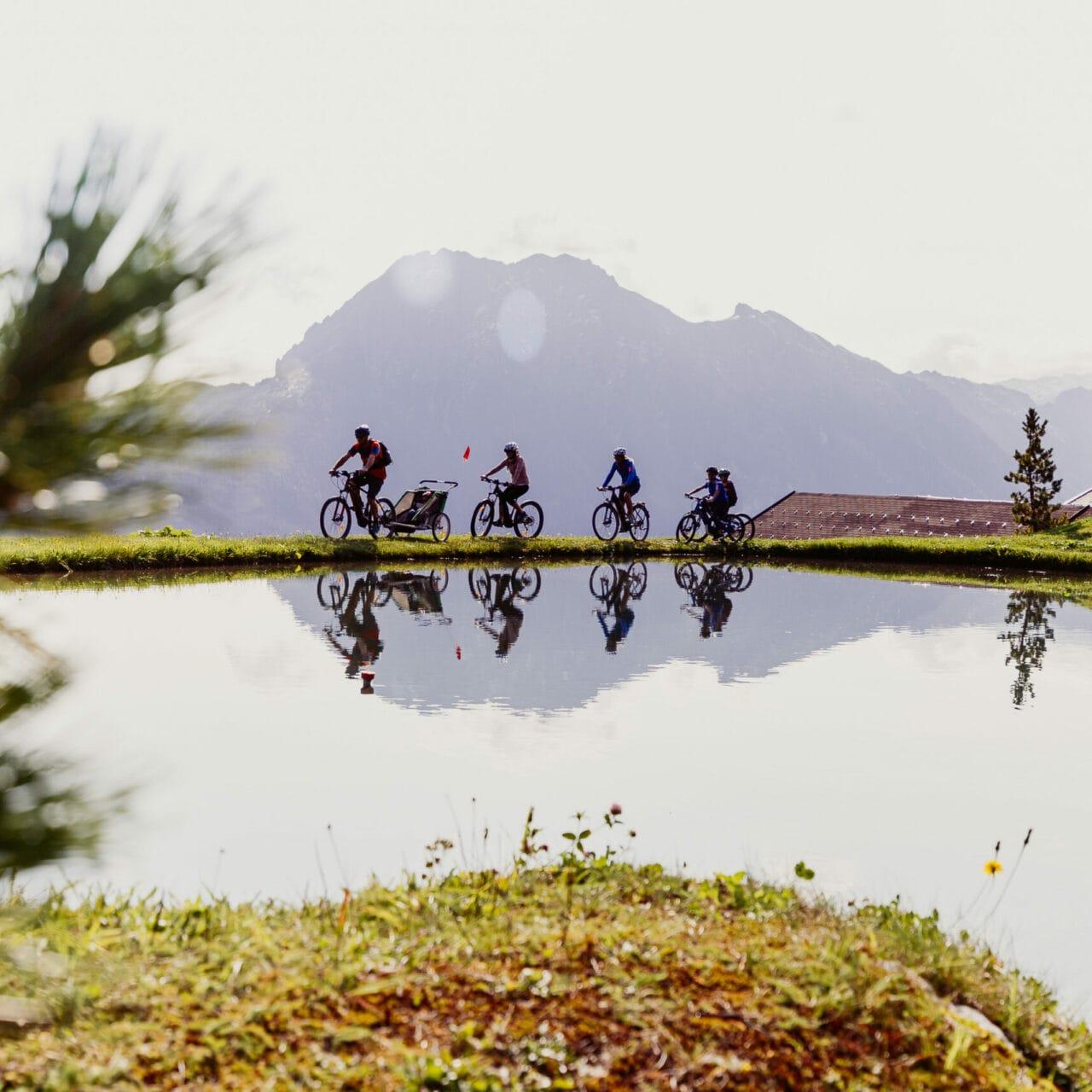 Hofgut-Wagrain-Apartment-Lifestyle-Resort-Freiheit-spueren-mit-Freunden-Fahrradtour
