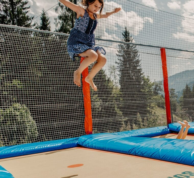 Hofgut-Wagrain-Apartment-Lifestyle-Resort-Impressionen-Kinder-Trampolinanlage-Outdoor