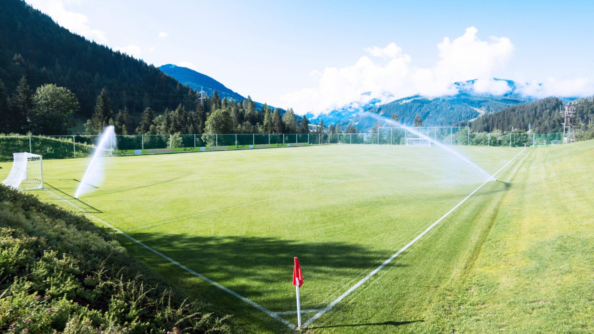 Hofgut-apartment-lifestyle-resort-wagrain-erleben-im-Hofgut-fuer-Sportler-Fussballplatz