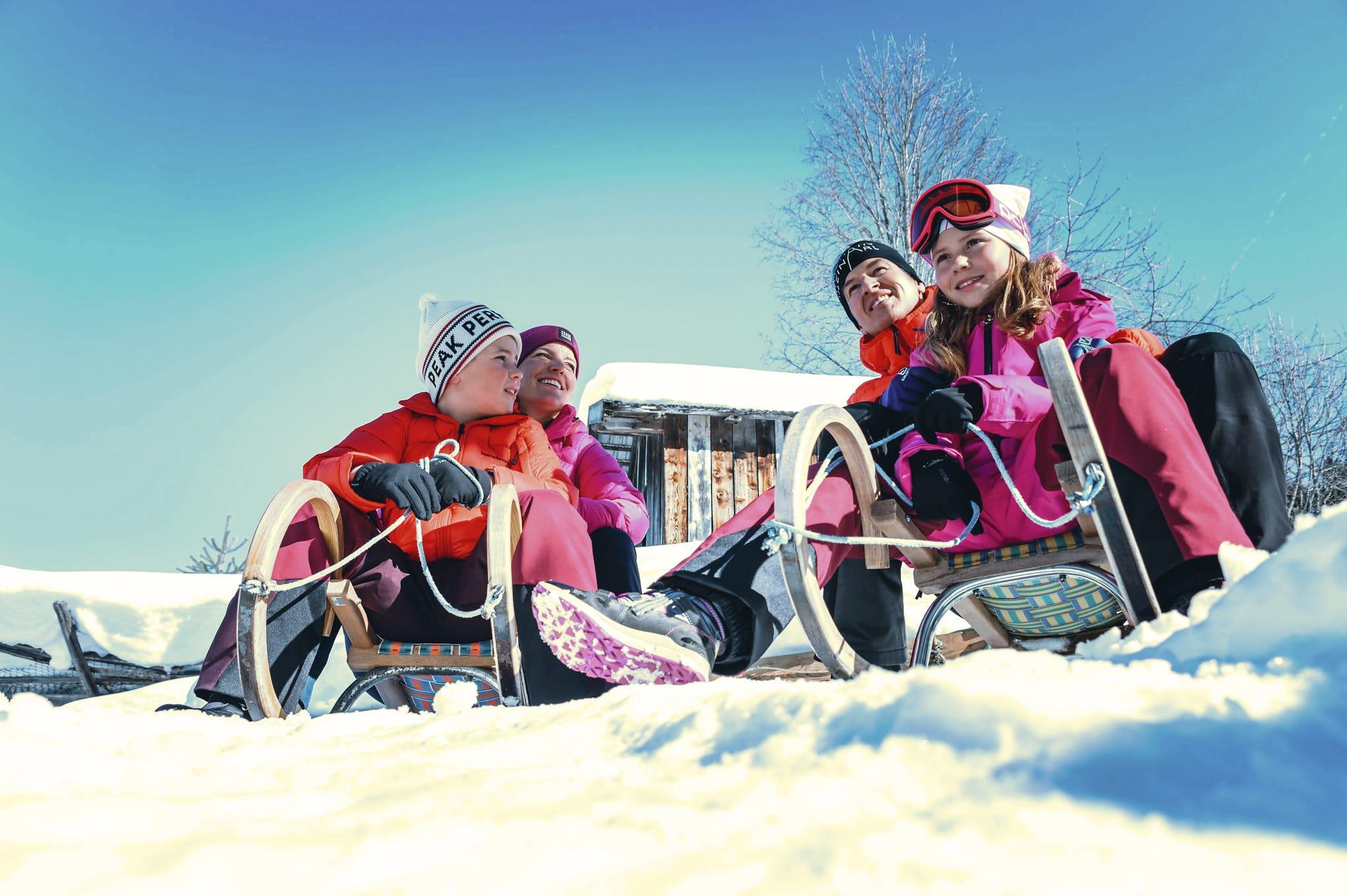 Hofgut-wagrain-apartment-lifestyle-resort-erleben-im-winter-Familienwinter-Schlittenfahren