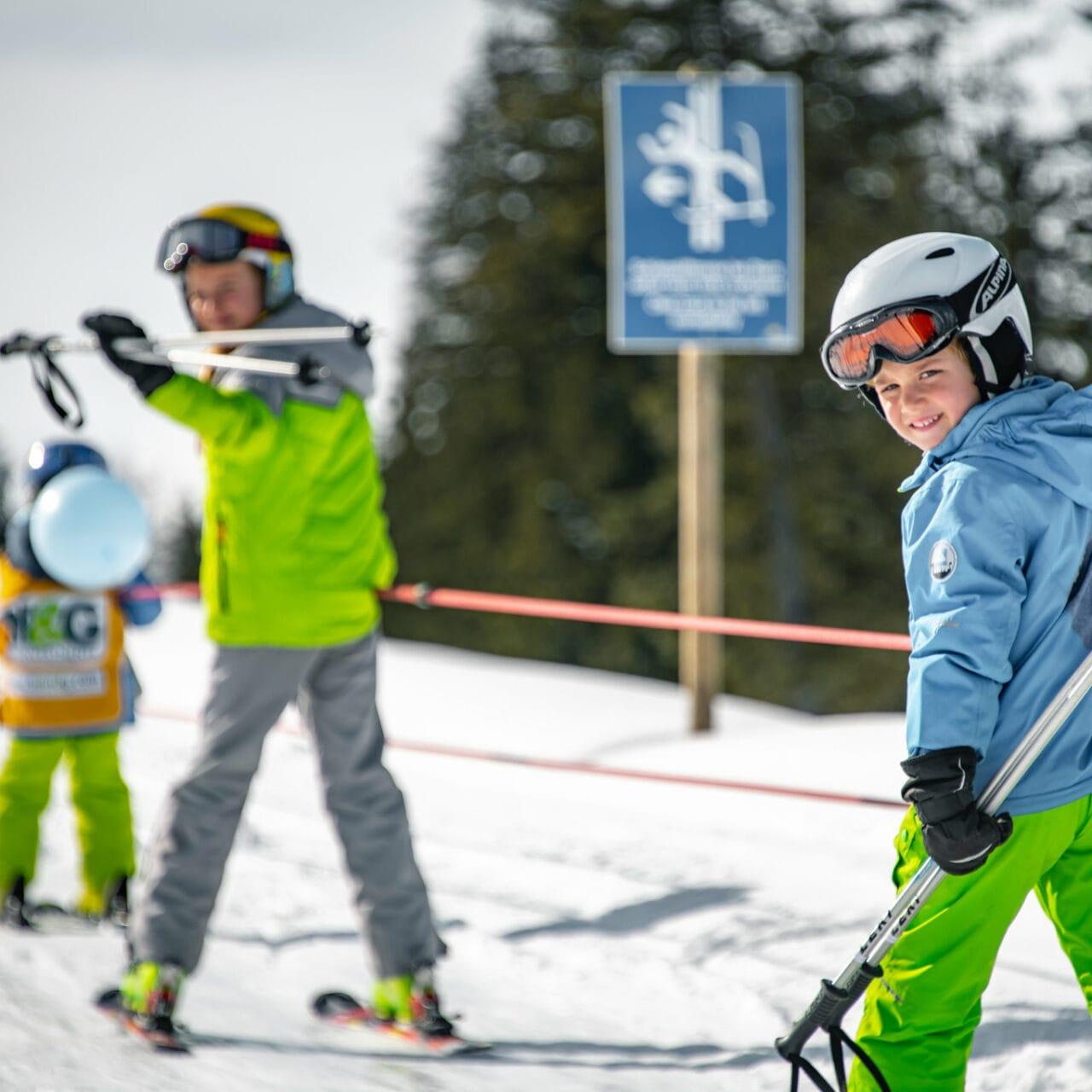 Hofgut-wagrain-apartment-lifestyle-resort-erleben-im-winter-familienwinter-skifahren-mit-Kindern