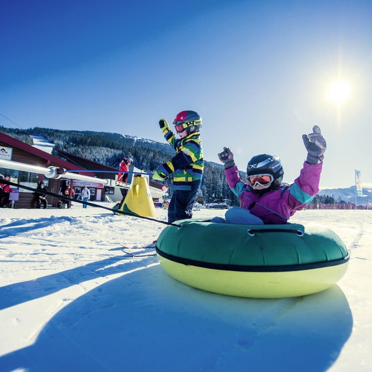 Hofgut-wagrain-apartment-lifestyle-resort-erleben-im-winter-familienwinter-skifahren-mit-Kindern-Wagrainis-Winterwelt