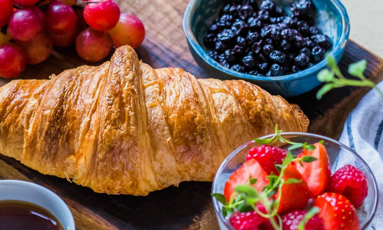 Hofgut-wagrain-Apartment-Lifestyle-Fruehstueck-vamoos-croissant